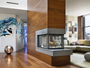 Для отделки колонны в центре гостиной использован ламинат