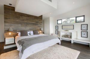 Ламинат на стене в спальне
