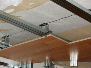 Монтаж ламината на потолок с помощью каркаса