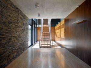 Яркие примеры готового дизайна с ламинатом различной модификации на стенах