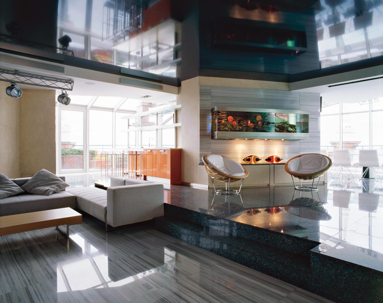 Для гостиной в стиле хай-тек идеальным решением будет ламинат цвета металлик