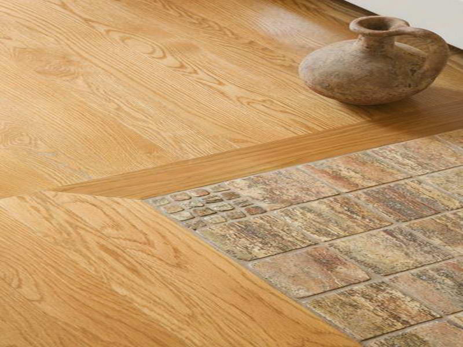 Плитка и ламинат на полу в кухне