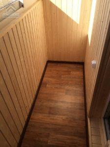 Пример отделки пола балкона ламинатом