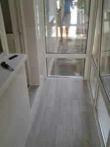 Серый ламинат на балконе