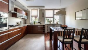 Сочетание плитки и ламината в интерьере кухни