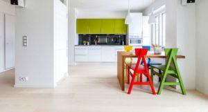 Стильный интерьер кухни с полом из ламината