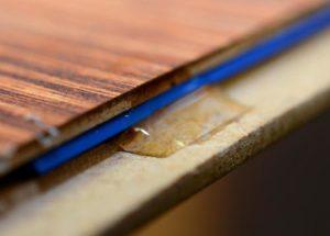 Использование клея для удаления скрипа