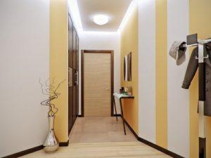 Светлый ламинат в коридоре