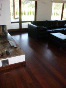 Интерьер комнаты на основе красного дерева