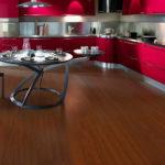 Красивый интерьер с ламинатом из красного дерева
