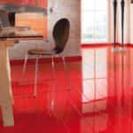 Красный ламинат в доме