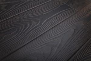 Ламинат, выполненный в черном цвете