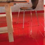 Насыщенный красный ламинат с глянцевой поверхностью
