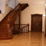 Практичный ламинат, уложенный в гостиной