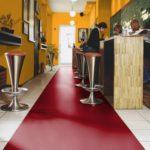 Пример использования бордового цвета ламината