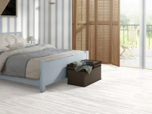 Приятный белый оттенок ламината в спальню