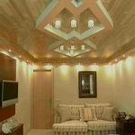 Приятный оттенок ламината на потолке