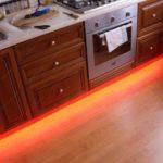 Размещение подсветки на полу из ламината