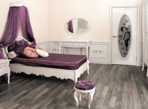 Серая темная поверхность ламината в спальне