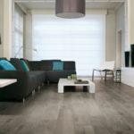 Серый ламинат в оформлении гостиной