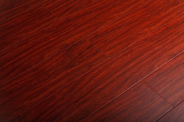 Современный ламинат из красного дерева