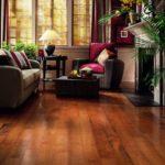 Светлый ламинат для дома на основе красного дерева