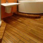 Темный ламинат на основе лиственницы для ванной