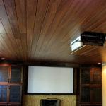 Темный ламинат на поверхности потолка