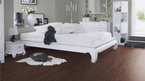 Темный ламинат в интерьере спальни