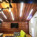 Вариант оформления потолка из ламината