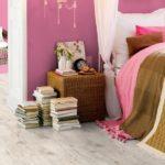 Вариант светлого ламината в спальне
