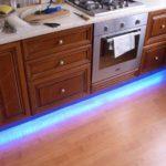 Вариант яркой подсветки ламината на полу