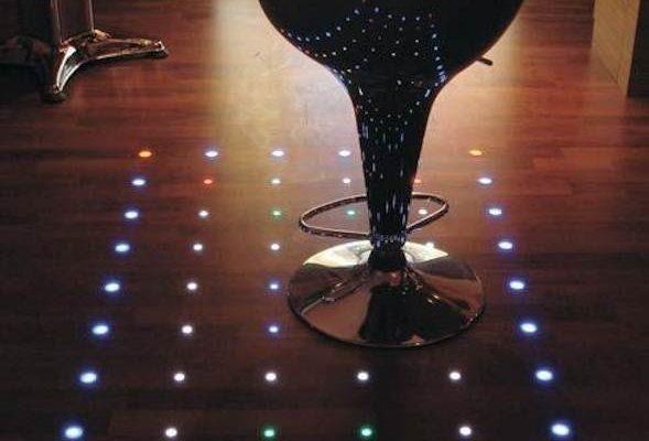 Яркий вариант подсветки ламинатного пола