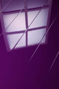 Глянцевый пол фиолетового цвета