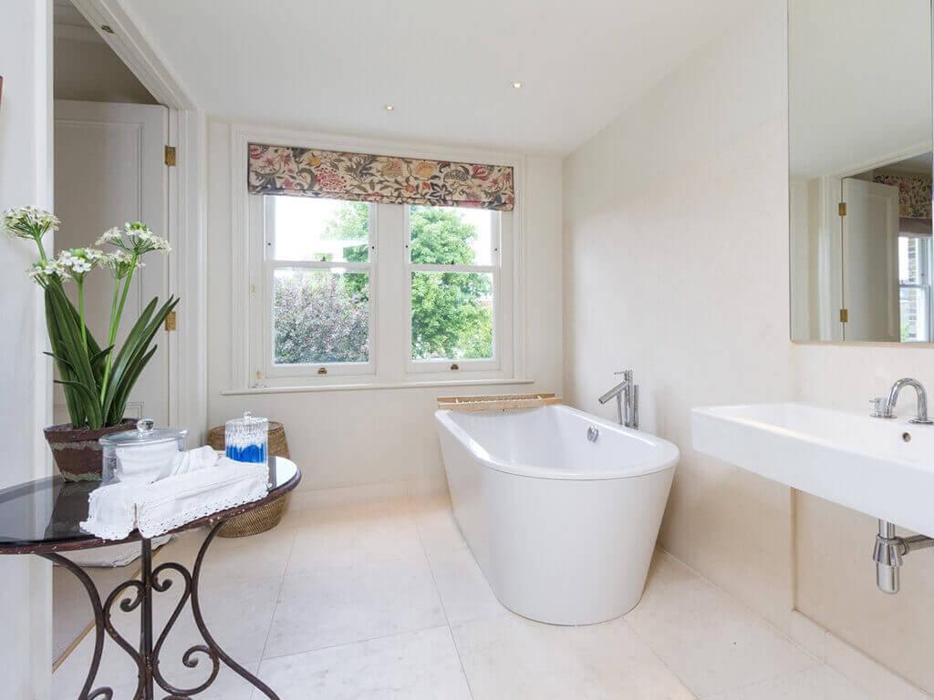 Преимущества плитки из керамогранита для обустройства ванной комнаты