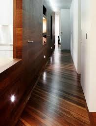 Темная отделка узкой комнаты