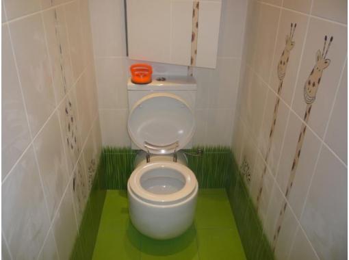 Яркий пол в туалете