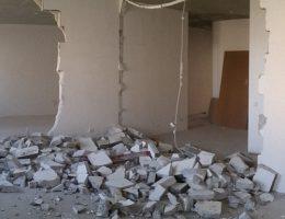 Демонтаж стены из пазогребневых плит