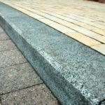 Плюсы и минусы применения гранитного бордюра