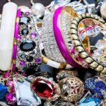 Что подарить девушке – бижутерия и сувениры