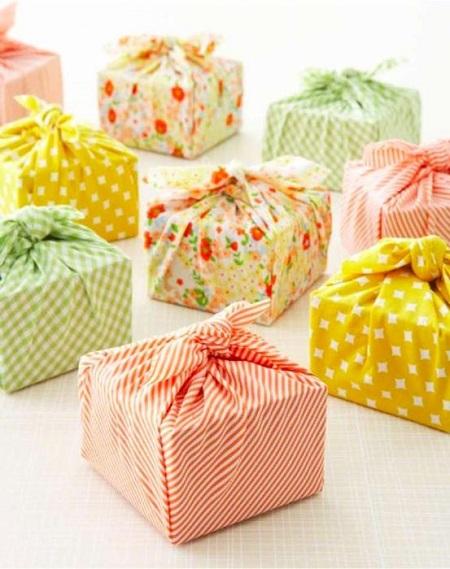 интересная идея упаковки подарка в ткань