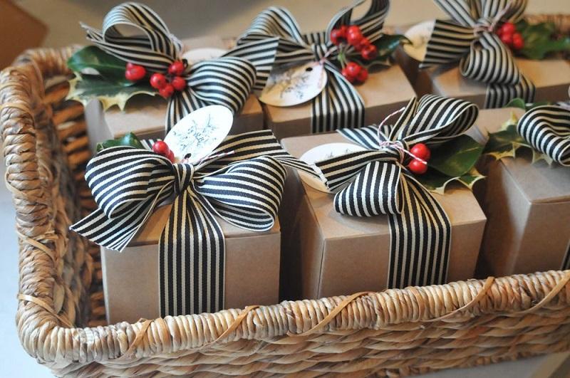 красиво упаковать подарок с лентами и коробкой