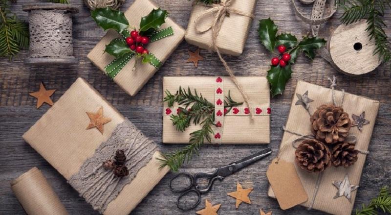 красивый декор подарка из крафт бумаги с шишками и лентами