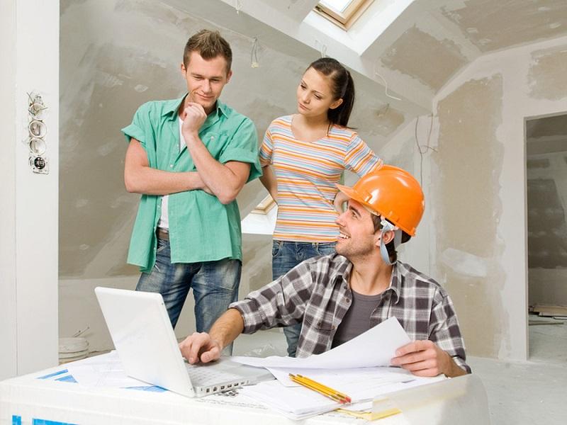 дизайнер показывает проект квартиры и считает смету ремонта